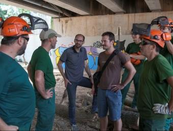 Al centre, Maties Serracant i Albert Boada de l'Ajuntament, ahir durant una visita als treballs de neteja Foto:J. PELÁEZ