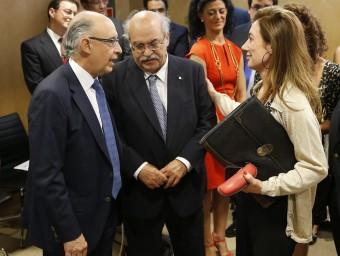 El ministre Montoro i el conseller Mas Colell abans d'iniciar el Consell de Política Fiscal i Financera.  Foto:ARXIU