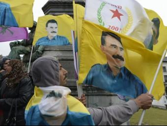 Uns manifestants amb banderes del líder empresonat del PKK, Abdullah Öcalan, protesten contra el govern turc, ahir a Brussel·les Foto:JOHN THYS / AFP