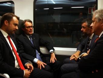 L'alcalde de Terrassa, Jordi Ballart, el president de la Generalitat, Artur Mas, el conseller de Territori, Santi Vila, i el president d'FGC, Enric Ticó, fent el viatge inaugural d'FGC a Terrassa Foto:ACN