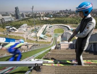Uns saltadors de l'equip kazakh entrenen al trampolí d'Almati Foto:REUTERS / SHAMIL ZHUMATOV
