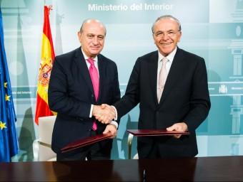 Isidre Fainé, president de la Fundació la Caixa encaixa la mà amb Jorge Fernández Diaz, ministre d'Interior Foto:LA CAIXA