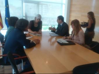 L'alcaldessa, Dolors Sabater, i els representants de Bankia, en la trobada que es va fer ahir a Badalona Foto:S.M