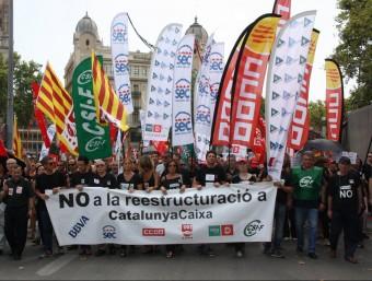 La capçalera de la manifestació de treballadors de Catalunya Banc en protesta contra els acomiadaments que pretén fer el BBVA Foto:ACN