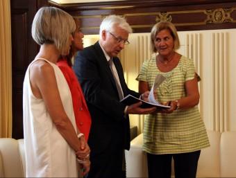 El conseller Mascarell lliura l'informe de Política Lingüística a la presidenta del Parlament, Núria de Gispert Foto:ACN