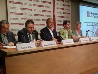 Els alcaldes de l'Eix Diagonal i el conseller Puig ahir en la presentació del projecte..
