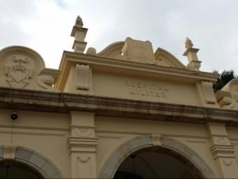Façana de l'Hospital Militar sense l'escut franquista. Foto:EL PUNT AVUI