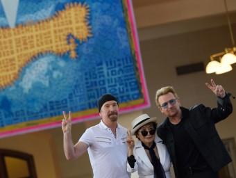 Yoko Ono, amb The Edge i Bono, van inaugurar abans-d'ahir aquest tapís d'homenatge a John Lennon a la illa Ellis de Nova York Foto:DON EMMERT/AFP