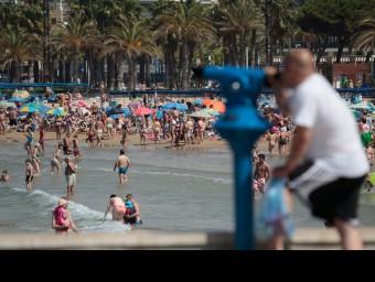Una platja plena de banyistes a la Costa Daurada. Foto:JOSÉ CARLOS LEÓN
