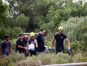 Els Bombers van col·laborar en la retirada del cos, que es trobava en un punt de difícil accés Foto:ACN / LAIA POBLADO