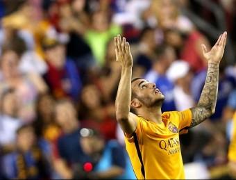 Sandro celebrant el seu últim gol en el darrer amistós de la gira contra el Chelsea al FedExField Foto:AFP