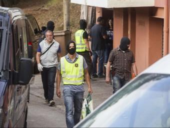 Els agents dels Mossos van efectuar dimarts 21 escorcolls a pisos i locals Foto:JORDI RIBOT (ICONNA)