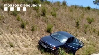 El vehicle BMW amb què van fugir, i amb el qual van patir una sortida de via a l'A-2, a Caldes Foto:COS DELS MOSSOS D'ESQUADRA (CME)