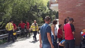 Els bombers del GRAE van comprovar que els habitatges més propers no corrien perill Foto:ACN