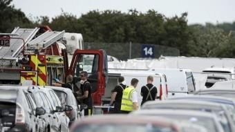 L'avió s'ha estavellat durant l'aterratge contra un aparcament de l'aeroport britànic de Balckbushe Foto:EFE