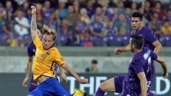 Ivan Rakitic, lluitant amb el defensa del Fiorentina Gonzalo en l'amistós d'ahir a l'estadi Artemio Franchi Foto:AFP