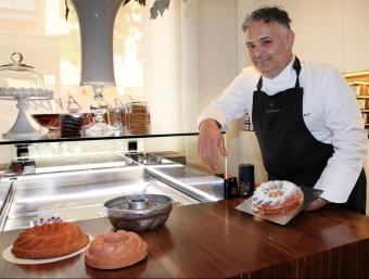 Pere Arpa, mostrant la tortada d'ametlla de Banyolesque elabora ell mateix. Foto:JOAN SABATER