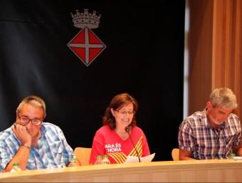 Mireia Maeso (ANC), entre el regidor Nicolás Laguna (a l'esquerra) i l'alcalde, Miquel Lupiáñez (PSC), ahir en el ple de l'ajuntament de Blanes Foto:JOAN SABATER