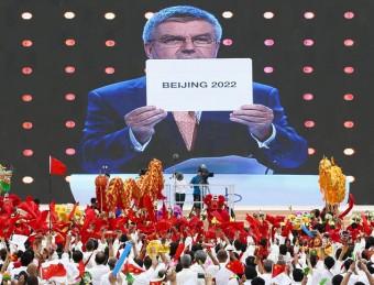Ciutadans de Pequín observen en una pantalla gegant com la seva ciutat és elegida per organitzar els Jocs Olímpics d'hivern del 2022 Foto:EFE / ROLEX DELA PENA