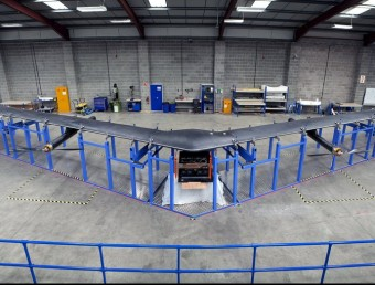 L'aeronau no tripulada 'Aquila' en un hangar on s'ha estat evolucionant Foto:FACEBOOK