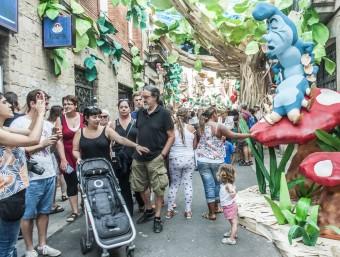 La presentació de la festa ahir. A la dreta, un carrer de l'any passat i la campanya pels guarniments.E.Magre/ J.LOSADA