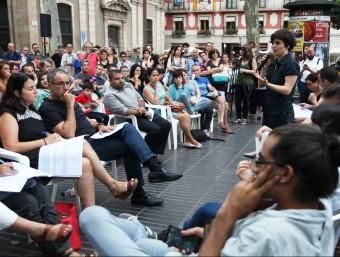 La regidora de Ciutat Vella , Gala Pin, s'adreça als veïns en l'acte de la Rambla dijous al vespre Foto:ELISABETH MAGRE