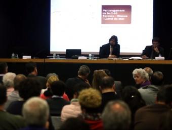El secretari de Mobilitat d'Infraestructures i Mobilitat, Ricard Font, a l'esquerra, en un acte informatiu sobre la C-32 a la biblioteca de Lloret de Mar, el mes d'abril Foto:QUIM PUIG