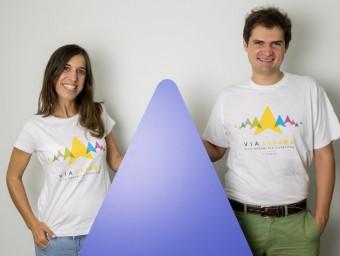 Dos voluntaris, amb les samarretes de la Via Lliure Foto:EL PUNT AVUI