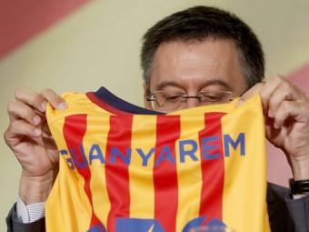 Josep Maria Bartomeu el passat 16 de juliol quan, amb la resta de candidats a la presidència del Barça, va signar el compromís de país amb les entitats a favor del dret a decidir Foto:EFE