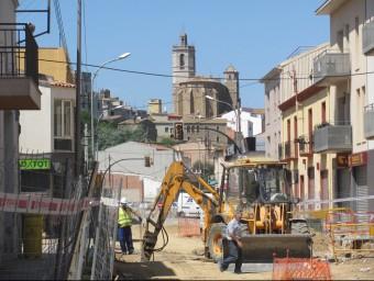 Un veí de Llagostera travessa el carrer enmig de les obres de reforma Foto:D.V