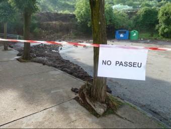 Un detall de la zona d'aparcament de l'escola Bisaroques l'endemà de l'aiguat del juny Foto:J.C