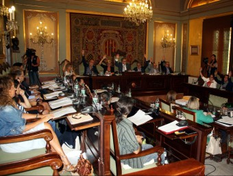 PSC, C'S i PP, votant en contra de la no modificació del reglament d'usos lingüístics de la Paeria, una decisió xiulada per nombrós públic de la sala.S. Miret/ACN