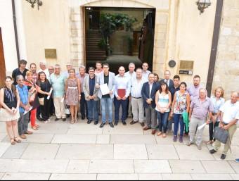 Alguns dels representants a les portes de l'Ajuntament de Morella. Foto:CEDIDA