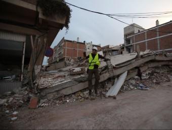 Un membre de la UA del grup de riscos sísmics fa estudis del terratrèmol de Llorca.