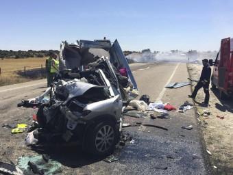 El camió implicat en el sinistre s'ha incendiat arran de la col·lisió Foto:EFE