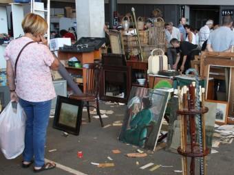 Apareix als Encants part de la biblioteca de l'artista Ràfols Casamada Foto:ACN