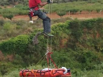 Espectacular imatge del rescat del noi que ha caigut per un barranc a Santa Coloma de Cervelló aquest dissabte Foto:ACN
