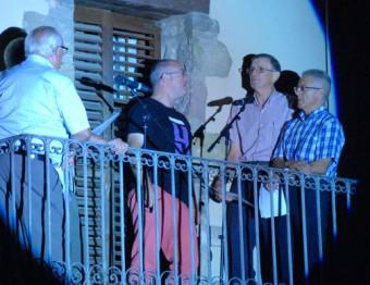 Cantadors de Riudaura, interpretant cançons i tonades tradicionals des dels seus balcons Foto:LA CARABA PRODUCCIONS
