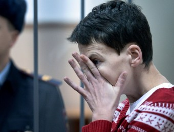 Nadezhda Sàvtxenko, la pilot ucraïnesa durant el judici afp