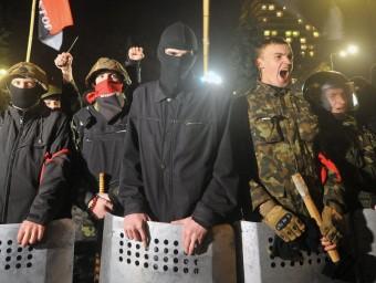 Seguidors del grup ultradretà ucraïnès Sector de Dretes durant un acte davant el Parlament de Kíev el 2014 Foto:AFP