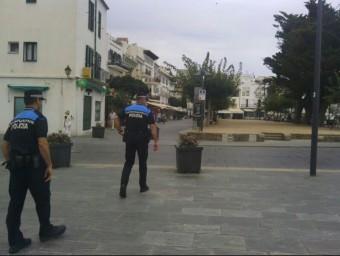 Agents de la policia local patrullant pel centre Foto:REDACCIÓ
