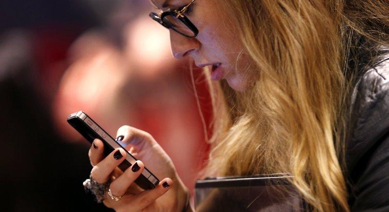 Imatge d'una jove utilitzant un mòbil. Els telèfons intel·ligents porten els joves a una cultura en trànsit, nòmada: la cultura va allà on va la persona.