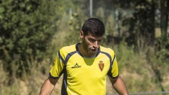 Javi Álamo, entrenant-se a Monells; i Ismail Dhurgham, amb la selecció iraquiana. Foto:J.C