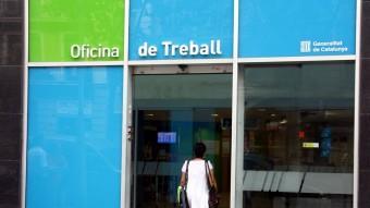 Una dona entra a l'oficina del carrer Sepúlveda de Barcelona del Servei d'Ocupació de Catalunya Foto:ACN