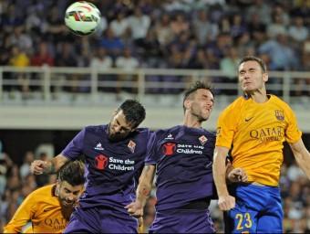 Piqué i Vermaelen, lluitant una pilota aèria amb Tomovic i Gonzalo, en el partit contra el Fiorentina de diumenge Foto:EFE