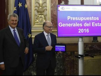 El ministre Cristóbal Montoro presenta el Pressupost General de l'Estat del 2016 al president del Congrés, Jesús Posada Foto:EFE