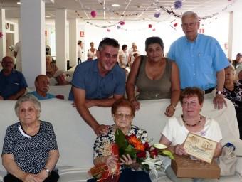 L'alcalde i els dos regidors amb l'àvia homenatjada.