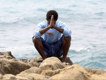 A migrant praying Foto:AFP