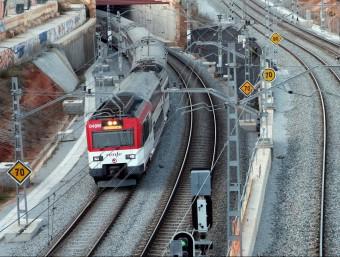Un tren passa per les obres a la zona on s'ha de construir l'estació de la Sagrera Foto:ACN/ARXIU