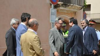 El conseller d'Interior, Jordi Jané, va ser rebut per l'alcalde de Torredembarra, Eduard Rovira, i per representants de la corporació municipal Foto:EL PUNT AVUI